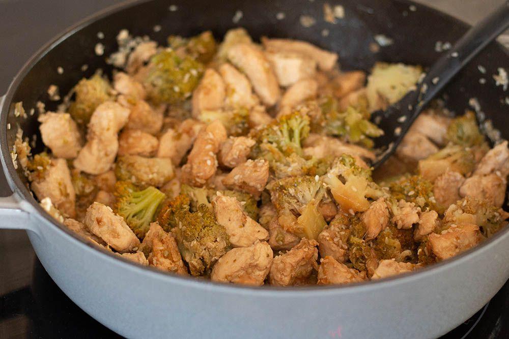 Sauté de brocolis et poulet au sésame