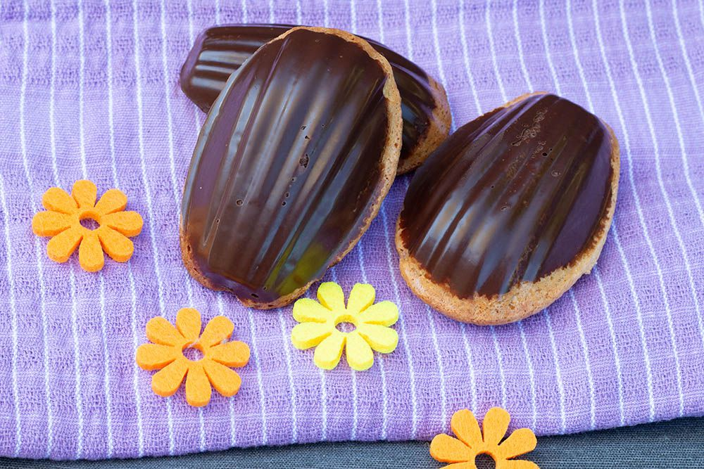 Madeleines fraises et noix de coco / coque en chocolat