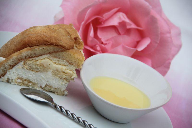 Charlotte vanille, noix de coco et citron accompagnée de sa sauce au chocolat blanc