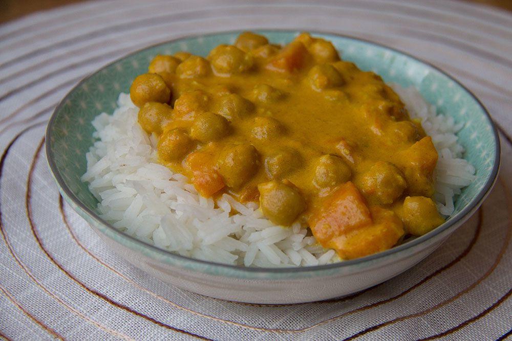 Curry express de pois chiches au lait de coco & purée de patate douce