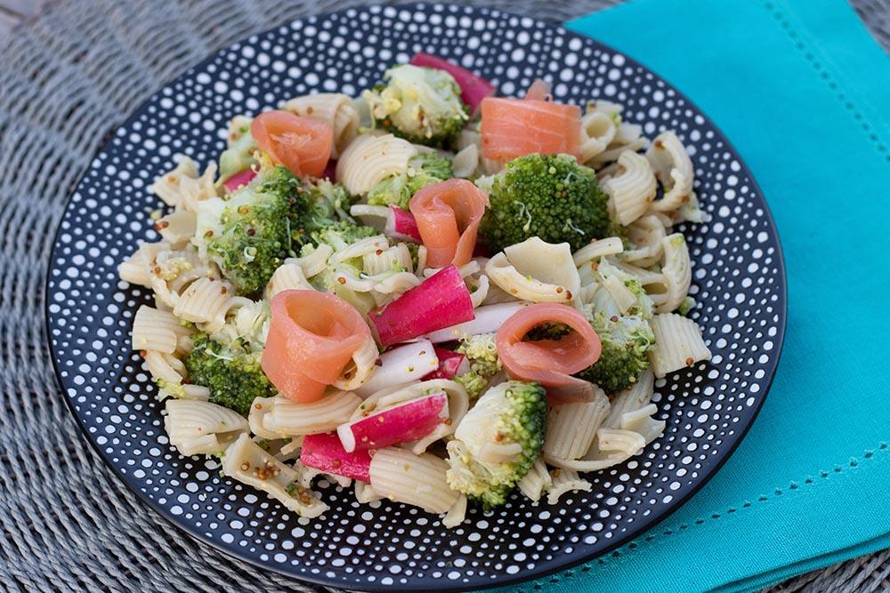 Salade estivale aux pâtes, brocoli et saumon fumé
