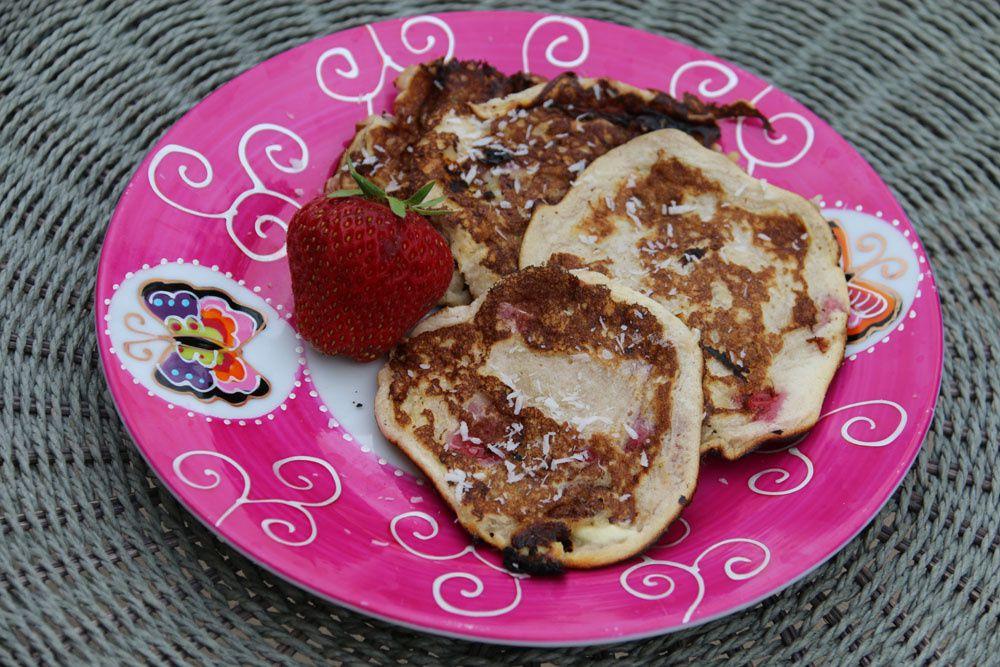 Pancakes aux pépites de chocolat blanc, noix de coco et fraises