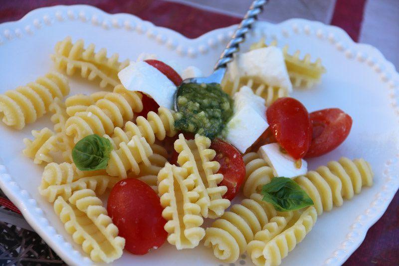 Salade de pâtes, tomates et mozzarella au pesto