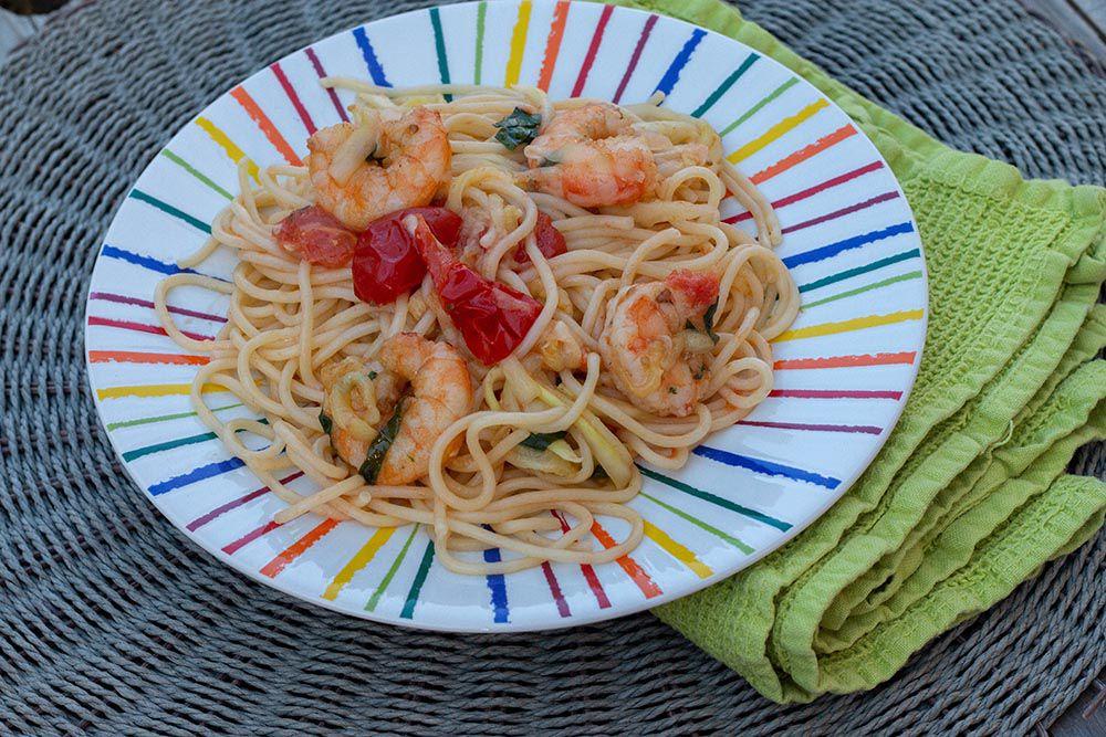 Salade de spaghettis, courgettes, tomates cerises et crevettes