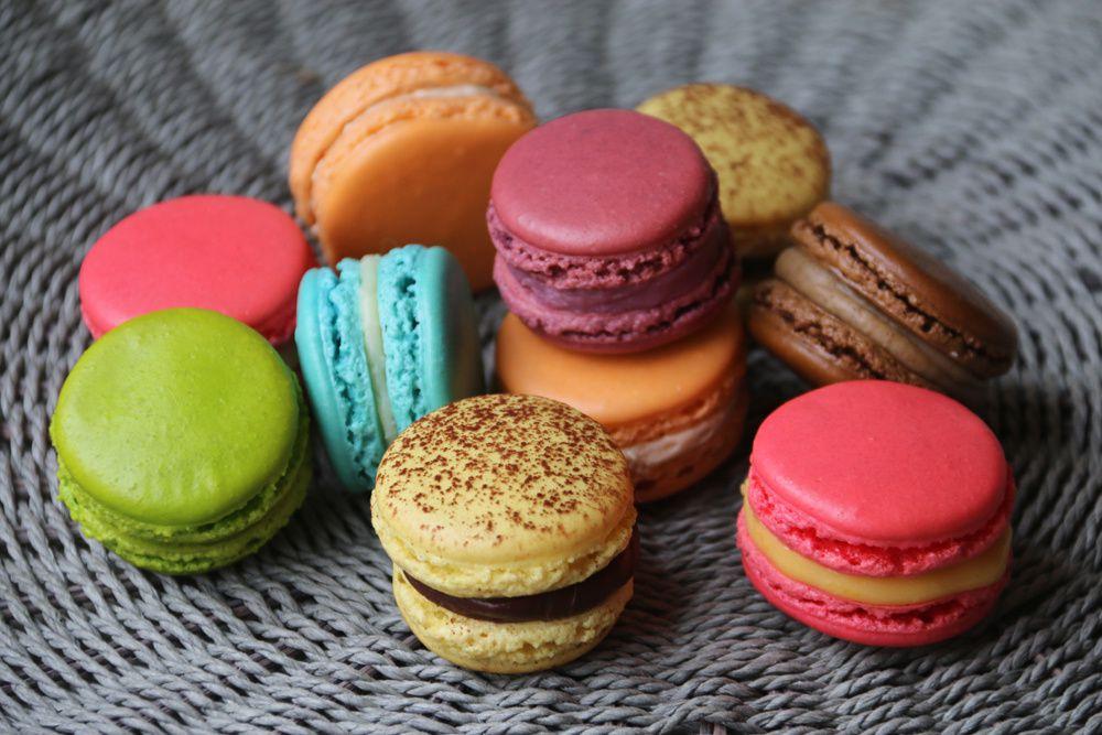 Macarons Mogador (Fruit de la passion et chocolat au lait) de Pierre Hermé ensemble de macarons macarons multicolores