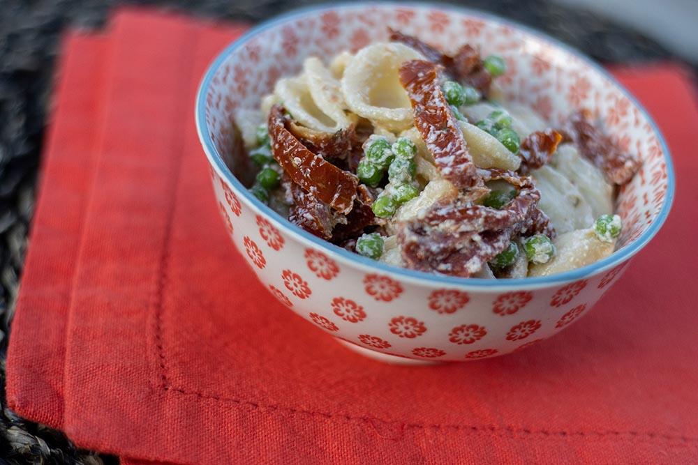 Salade de pâtes aux petits-pois, tomates séchées et ricotta