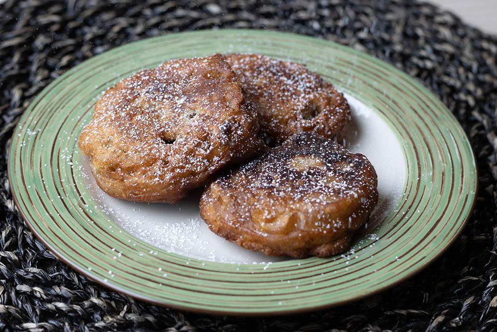 Oladushki (pancakes) aux pommes et à la cannelle