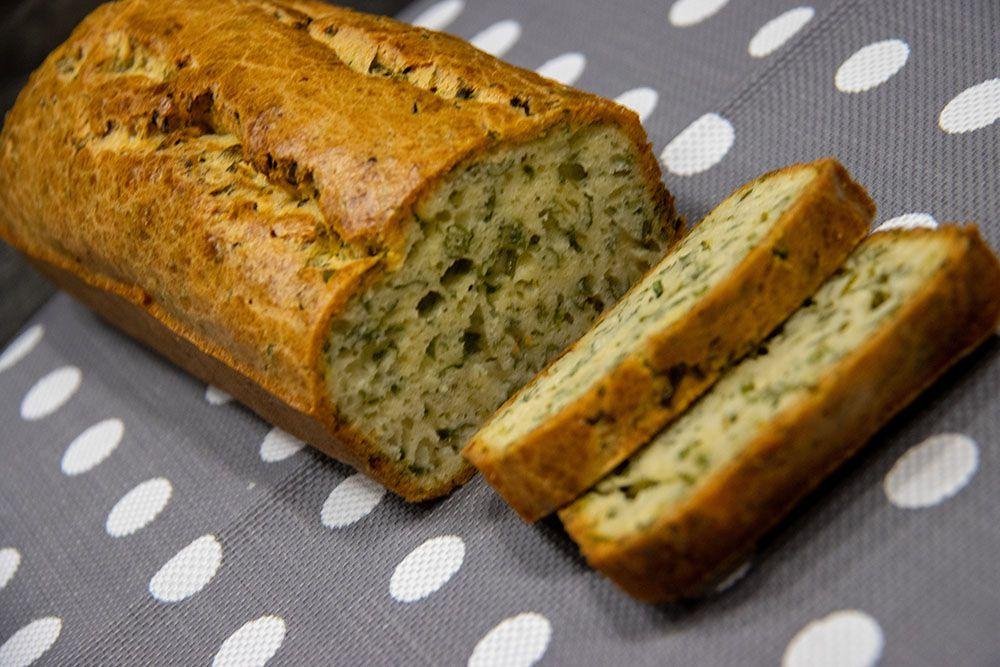 Cake ail et fines herbes au vin blanc pour l'apéro
