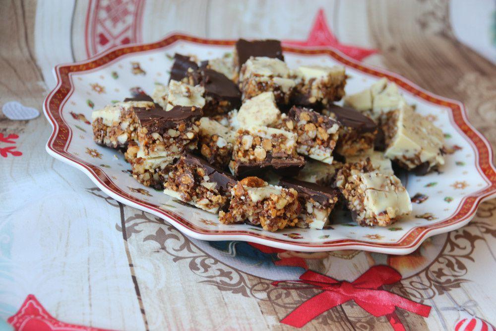 Carrés aux noix mixtes et aux deux chocolats