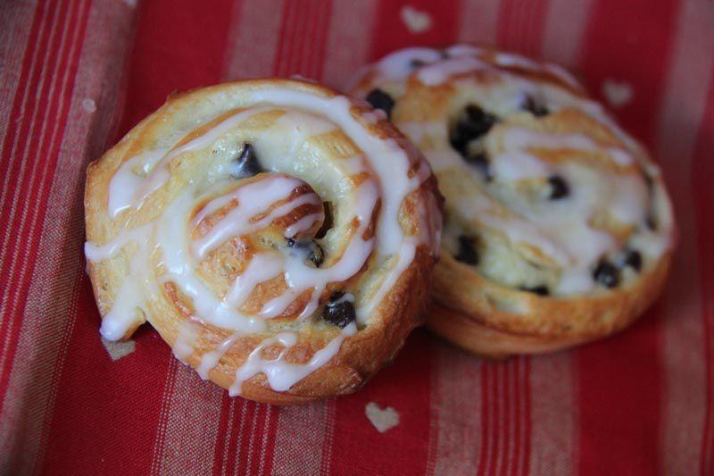 Escargots à la crème pâtissière et aux pépites de chocolat (Schneckes)