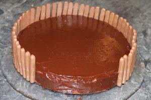 Gravity Cake ou gâteau suspendu aux M&M's, chocolat et noix de coco