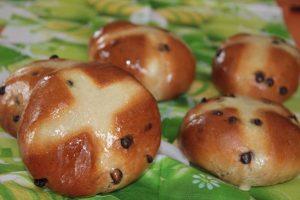 Hot cross buns (petites brioches irlandaises aux raisins secs et aux pépites de chocolat)