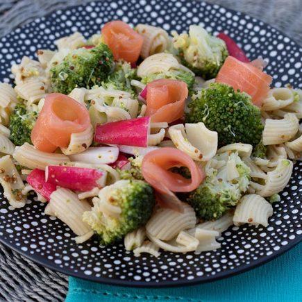 Salade-estivale-aux-pates-brocoli-et-saumon-fume