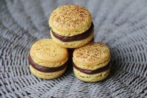 Macarons Mogador (Fruit de la passion et chocolat au lait) de Pierre Hermé