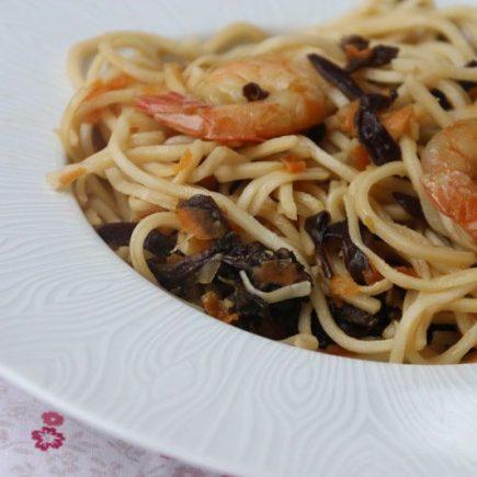 Nouilles chinoises aux crevettes et aux champignons noirs