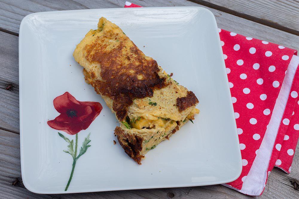 Omelette roulée aux fines herbes fraîches