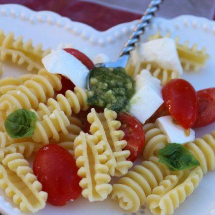 Salade-de-pates-tomates-et-mozzarella-au-pesto-1