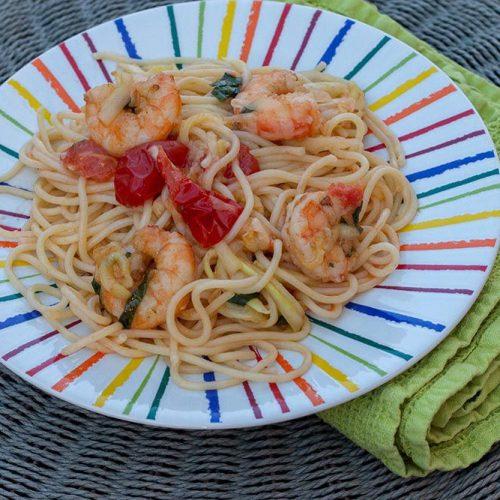 alade de spaghettis, courgettes, tomates cerises et crevettes