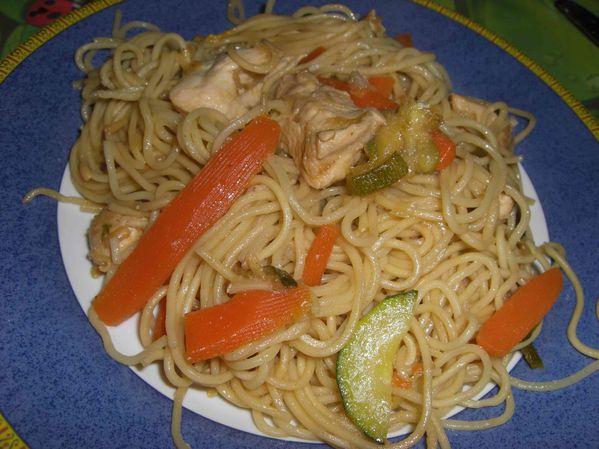 Wok de nouilles chinoises au poulet et au soja