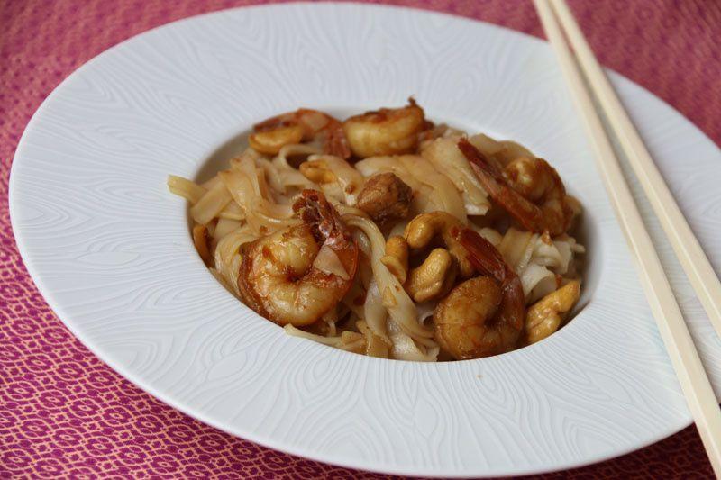 Wok de tagliatelles de riz, poulet et crevettes