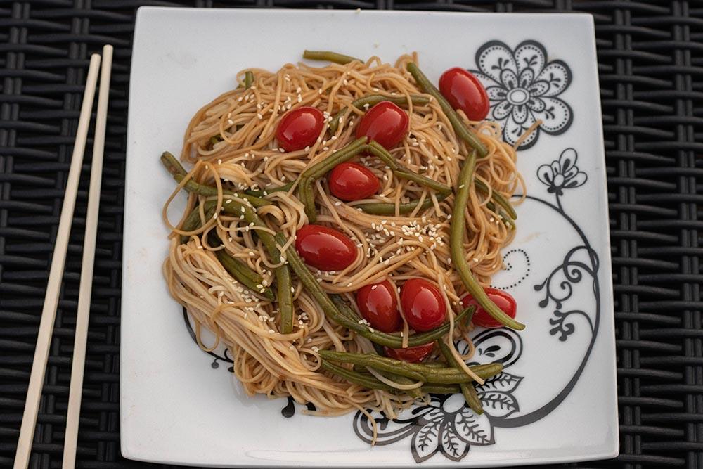 Nouilles sautées aux haricots verts et tomates cerises