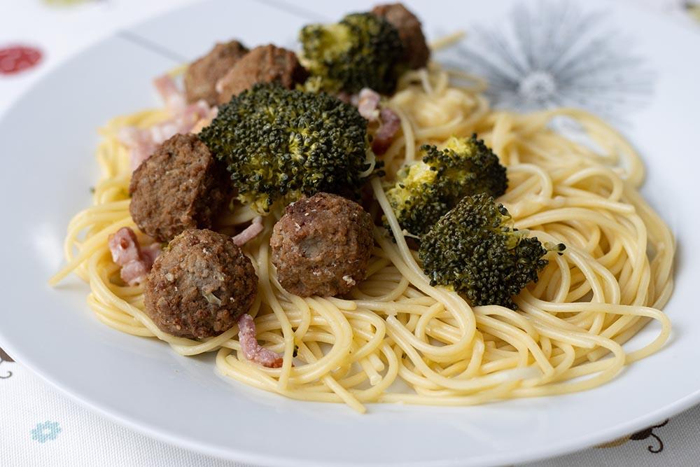 Spaghettis aux brocolis, boulettes de viande et parmesan