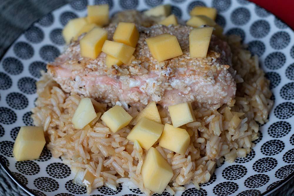 Saumon croustillant, riz à la mangue et vinaigrette sésame oignon (recette de Cyril Lignac)