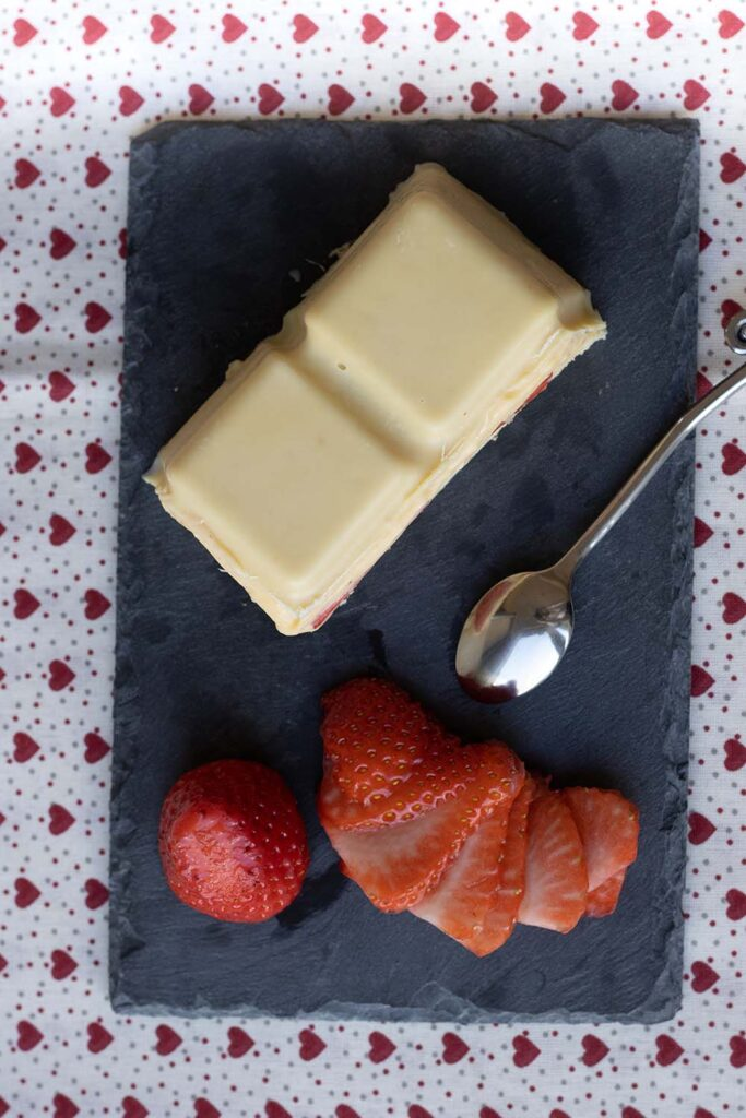 Fraisier en coque de chocolat blanc moule tablette Demarle 3