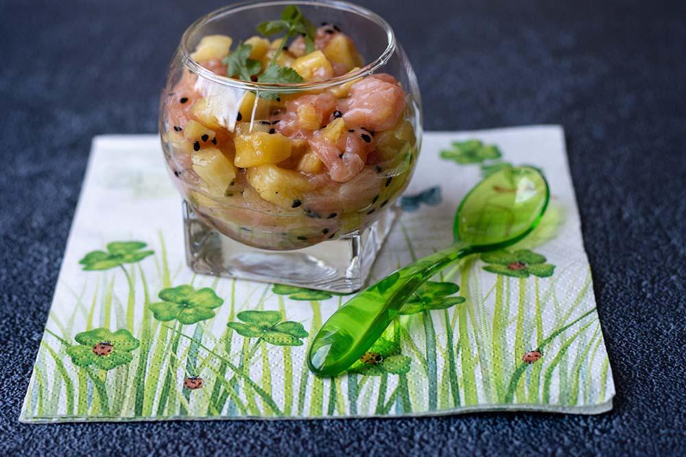 Tartare de saumon et ananas au sésame noir