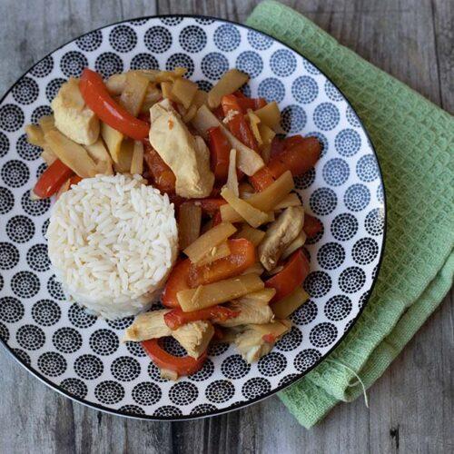 Émincé de poulet aux pousses de bambou et poivron rouge