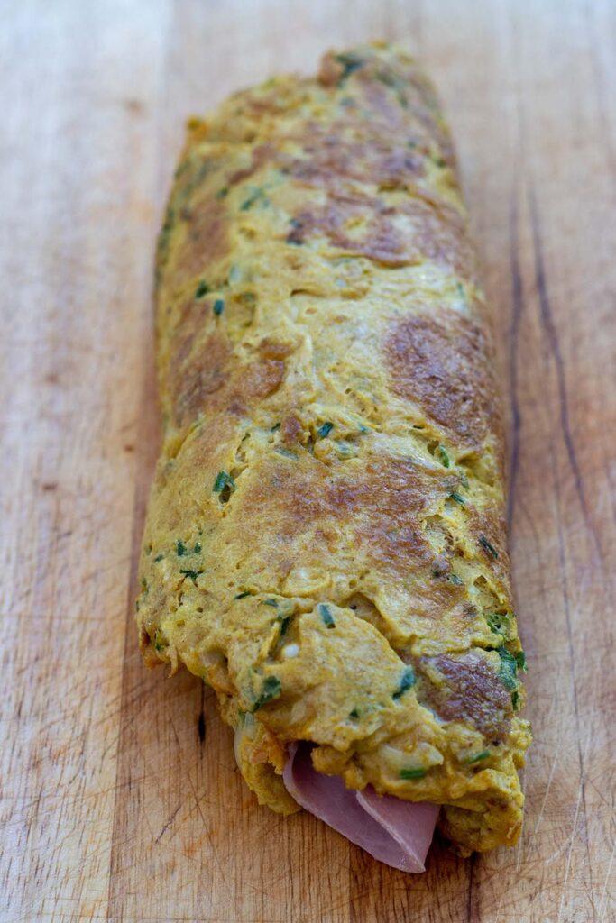 Omelette roulée au jambon curry et herbes fraîches 1