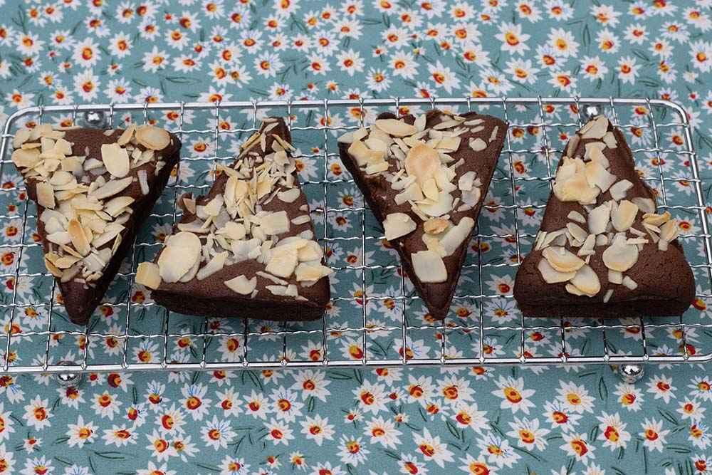 Brownies chocolat et amandes effilées empreinte Triangles Demarle Flexipan 1