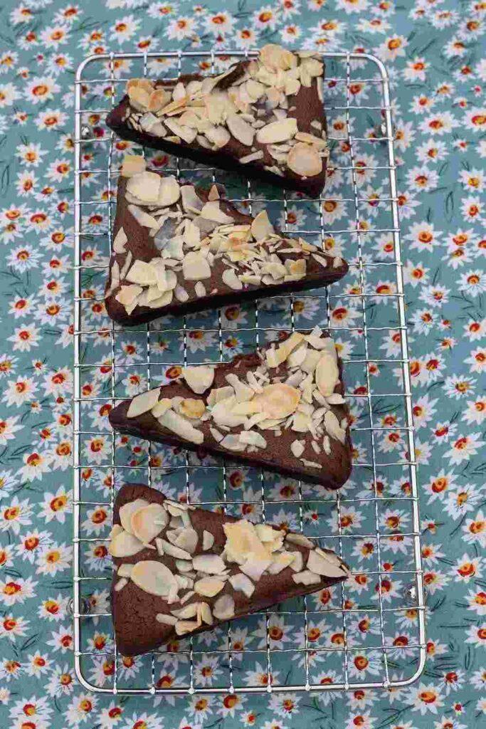 Brownies chocolat et amandes effilées empreinte Triangles Demarle Flexipan 2