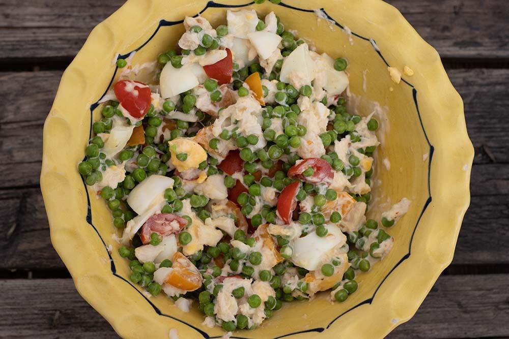 Salade de petits pois, oeufs, tomates cerises et miettes de crabes 1