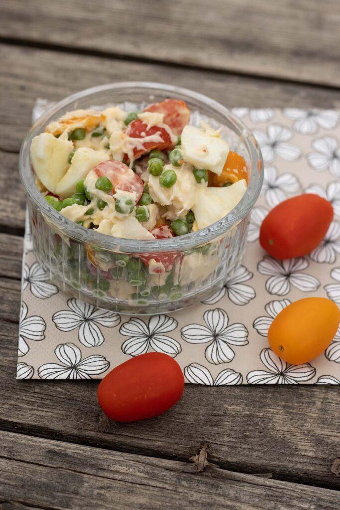 Salade de petits pois, oeufs, tomates cerises et miettes de crabes 2