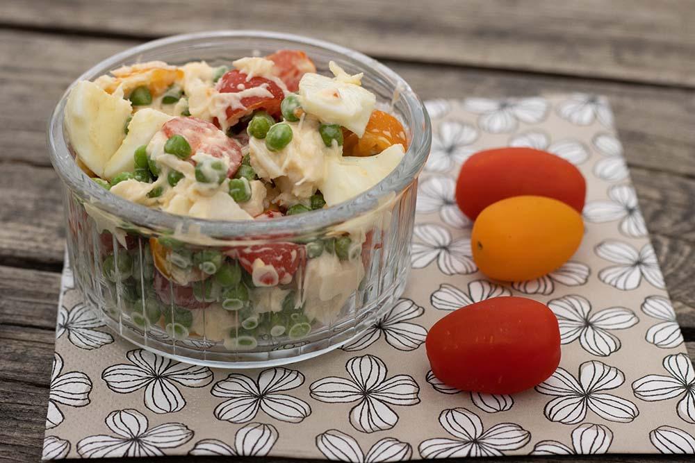 Salade de petits pois, oeufs, tomates cerises et miettes de crabes